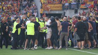 Le 18 septembre dernier, des supporters lensois avaient envahi la pelouse lors du derby entre Lens et Lille pour en découdre avec les supporters du LOSC. (LAURENT SANSON / LS MEDIANORD)