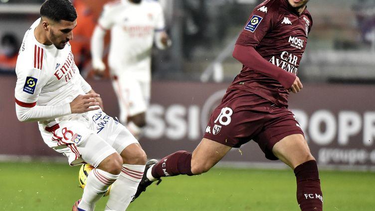 Le Lyonnais Houssem Aouar face au Messin Fabien Centonze (JEAN-CHRISTOPHE VERHAEGEN / AFP)