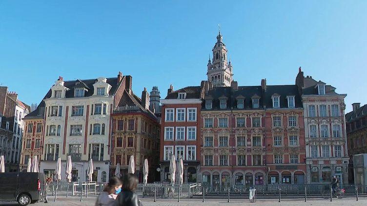 L'immobilier ne semble pas connaître pas la crise. En 2020, les ventes de maisons et d'appartements ont atteint un très haut niveau. Lille (Nord) fait d'ailleurs partie des villes les plus dynamiques. Les agents immobiliers n'ont jamais autant travaillé. (France 2)