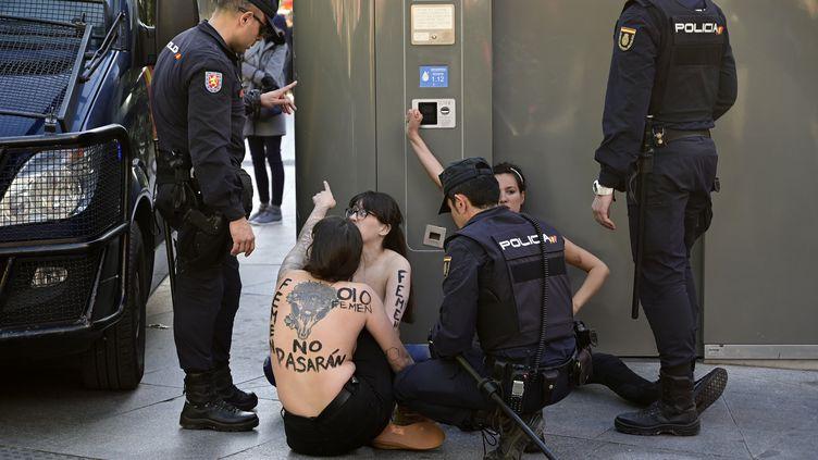 Trois Femen ont été interpellées par la police après leur irruption lors d'un meeting du parti d'extrême droite Vox à Madrid (Espagne), le 26 avril 2019. (JAVIER SORIANO / AFP)