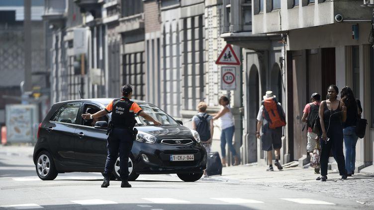 Un policier redirige les voitures après qu'une fusillade a éclaté à Liège (Belgique) faisant quatre morts dont deux policiers et l'assaillant, le 29 mai 2018. (JOHN THYS / AFP)