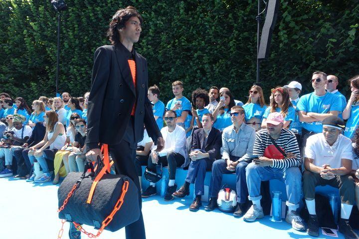 Louis Vuitton printemps-été 2019, à Paris : le sac se dote de chaines plastiques fluo orange  (Corinne Jeammet)
