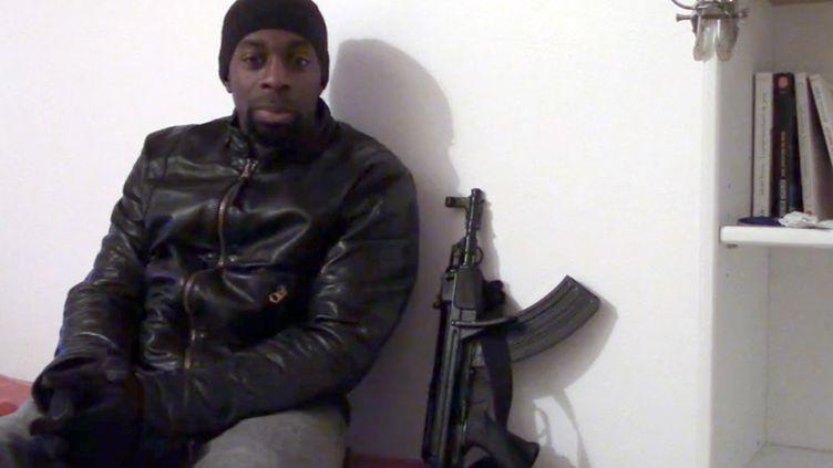 Capture d'écran d'une vidéo, mise en ligne le 11 janvier 2015, dans laquelle Amedy Coulibaly évoque les récents attentats terroristes en France. (AFP)