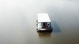 Des maisons flottent sur des rivières allemandes. Elles sont confortables et voguent au gré de l'eau. (France 2)