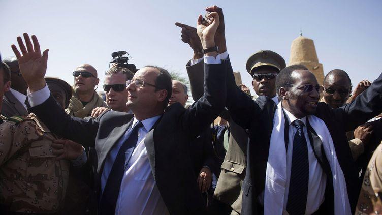 françois Hollande, président de la République, en visite à Tambouctou au Mali, avec le président par intérim du Mali, Dioncounda Traore, le 2 février 2013. (FRED DUFOUR / POOL / AFP POOL)