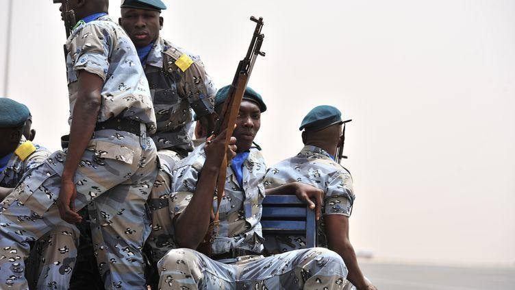 Des militaires maliens patrouillent à l'aéroport de Bamako (Mali), le 29 mars 2012. (ISSOUF SANOGO / AFP)