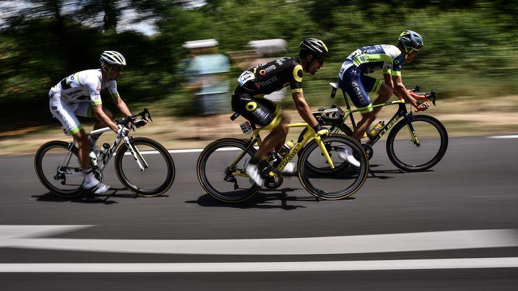 Les trois FrançaisYoann Offredo, Jerome Cousin et Kevin Ledanois, en tête de la première étape du Tour de France, entre Noirmoutier-en-l'Ile et Fontenay-le-Comte, le 7 juillet 2018. (JEFF PACHOUD / AFP)