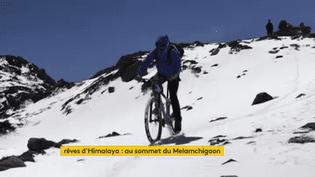 Sensations fortes et plaisir garanti pour cette descente à vélo vers Syabrubessi. (FRANCEINFO)