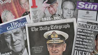 Le visage du prince Philip en une de la presse britannique au lendemain de sa mort, samedi 10 avril 2021. (GLYN KIRK / AFP)