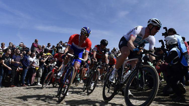 Les cyclisteslors de la 116e édition du Paris-Roubaix, entre Compiègne (Oise) et Roubaix (Nord), le 8 avril 2018, à Quievy (Nord).  (JEFF PACHOUD/AFP)