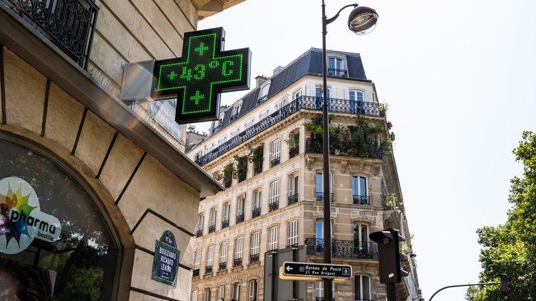 Une pharmaciedu 11e arrondissement de Paris indique 43 degrés, le 25 juillet 2019. (XOSE BOUZAS / HANS LUCAS / AFP)