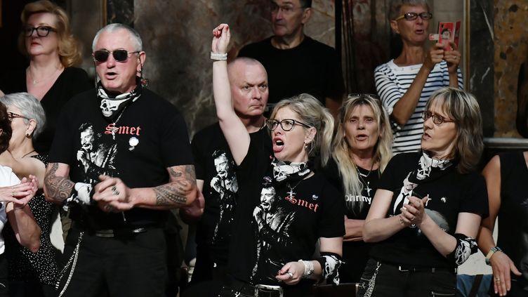 Des fans de Johnny Hallyday à l'église de la Madeleine, à Paris, le 15 juin 2018. (PHILIPPE LOPEZ / AFP)