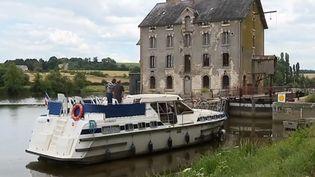 Une péniche, lors d'une navigation fluviale en France. (FRANCE 3)