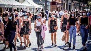 Des passants masqués dans une rue de Toulouse (Haute-Garonne), le 4 septembre 2020. (GARO / PHANIE / AFP)