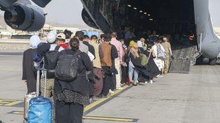 Despersonnes évacuées par l'armée américaine, à l'aéroport de Kaboul (Afghanistan), le 18 août 2021. (EYEPRESS NEWS / AFP)