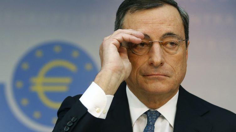 Le président de la Banque centrale européenne annonce l'abaissement du principal taux directeur de la BCE, à Francfort (Allemagne), le 7 novembre 2013. (RALPH ORLOWSKI / REUTERS)