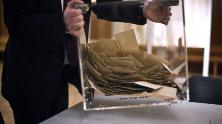 Urne dans un bureau de vote. (JEFF PACHOUD / AFP)