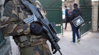 Un soldat surveille l'entrée d'une école juive à Marseille, le 12 janvier 2016. (BORIS HORVAT / AFP)