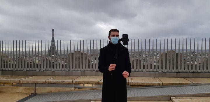 Anthony Chenu en pleine visite virtuelle sur la terrasse de l'Arc de Triomphe à Paris, le 17 février 2021. (ANNE CHEPEAU / RADIO FRANCE)
