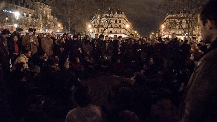 Des centaines de personnes sont rassemblées sur la place de la République, à Paris, dans la nuit du 3 au 4 avril 2016. (EROS SANA / CITIZENSIDE / AFP)
