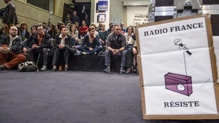 Des salariés grévistes de Radio France réunis en assemblée générale, le 2 avril 2015, à la Maison de la Radio à Paris. (MAXPPP)