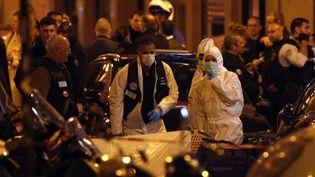 Des agents de la police scientifique après l'attaque au couteau survenue dans le quartier de l'Opéra, dans le 2e arrondissement de Paris, le 12 mai 2018. (THIBAULT CAMUS / AP / SIPA)