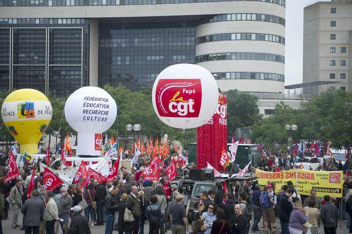 Des centaines de fonctionnaires sont rassemblés devant le ministère de l'Economie et des Finances à Bercy, le 31 mai 2011 à Paris (BERTRAND LANGLOIS / AFP)
