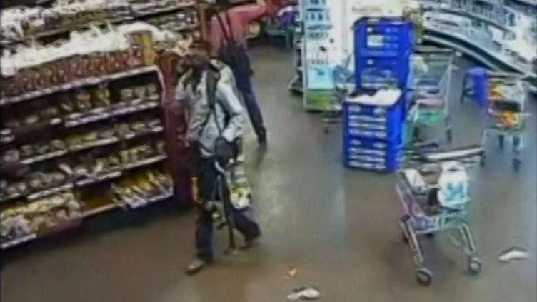 La vidéosurveillance du centre commercial de Nairobi, Kenya, montre quatre shebabs armés qui arpentent les couloirs avec calme. (CAPTURE FRANCETV INFO)