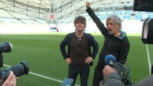 Le chanteur Nicola Sirki (à droite)) et le batteurLudwig Dahlberg (à gauche) du groupe Indochine au stade Vélodrome (F. Renard / France Télévisions)