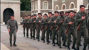 De jeunes appelés effectuent leur première marche au pas pendant les classes, à la caserne de Vincennes (Val-de-Marne), le 6 novembre 1991. (JOEL ROBINE / AFP)