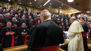 Le pape François prononce un discours devant le Synode, le 6 octobre 2014 au Vatican. (OSSERVATORE ROMANO / AFP)