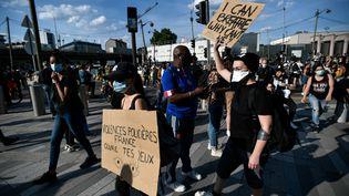 Au moins 20 000 personnes ont manifesté mardi 2 juin à Paris pour dénoncer le racisme et les violences policières. (STEPHANE DE SAKUTIN / AFP)