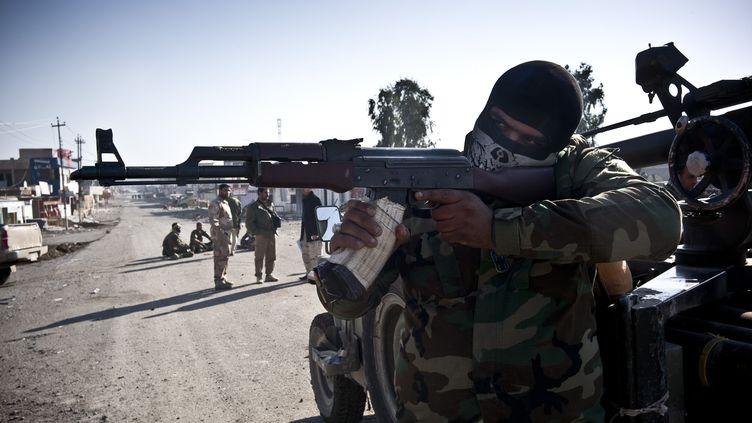 Des soldats irakiens interviennent à Dhoulouiya, au nord de Bagdad (Irak), le 30 décembre 2014. (JACOB SIMKIN / NURPHOTO / AFP)