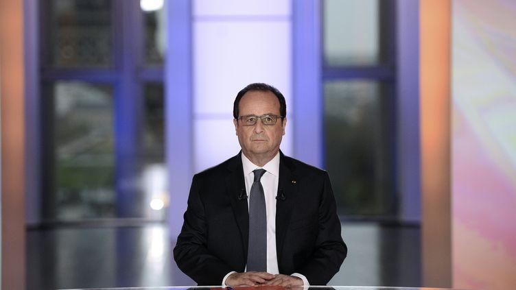"""Le président François Hollande est photographié sur le plateau de l'émission """"Dialogues citoyens"""" de France 2, le 14 avril 2016. (STEPHANE DE SAKUTIN / POOL)"""