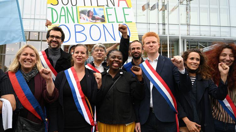 Un rassemblement de soutien à la députée Danielle Obono a été organisé devant le tribunal, le 23 juin 2021. (BERTRAND GUAY / AFP)