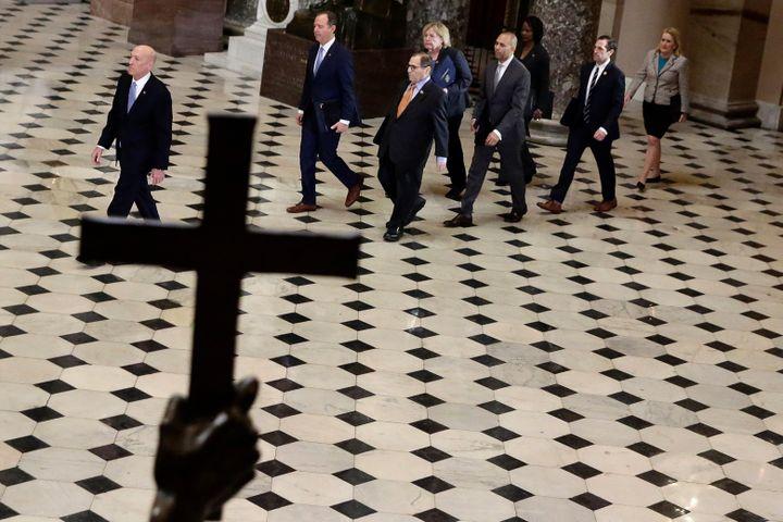Un représentant de la Chambre des représentants conduit les sept élus désignés pour assurer le rôle de procureurs dans la procédure d'impeachment au Sénat, jeudi 16 janvier 2020. (ALEX WONG / GETTY IMAGES NORTH AMERICA / AFP)