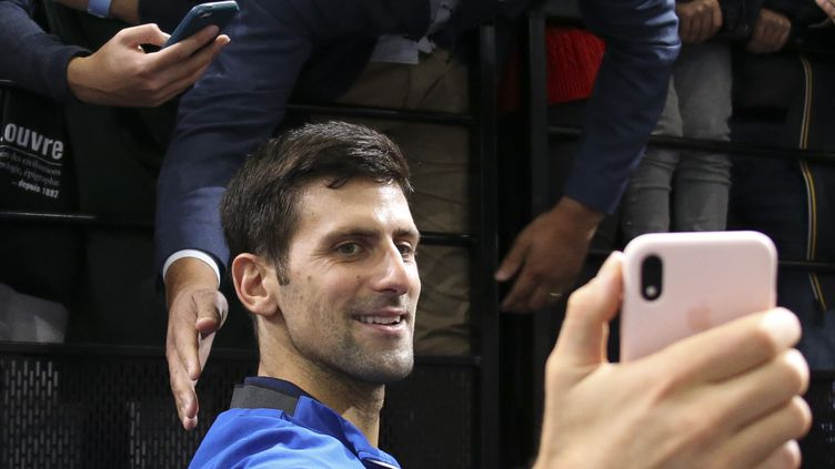 Le tennisman Novak Djokovic en train de se prendre en photo lors du tournoi de Bercy le 3 novembre 2019 au tournoi de Bercy. (JEAN CATUFFE / GETTY IMAGES EUROPE)
