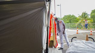 Unsoignantregarde à l'intérieur d'une tente destinée auxpatients Covid-19 au CHU Pierre Zobda-Quitman de Fort-de-France, le 30 juillet 2021. (LIONEL CHAMOISEAU / AFP)