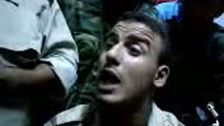 Capture d'écran d'une vidéo mise en ligne le 21 octobre sur YouTube montrant un jeune combattant libyen qui affirme être celui qui a tué Mouammar Kadhafi. (YOUTUBE / AFP)