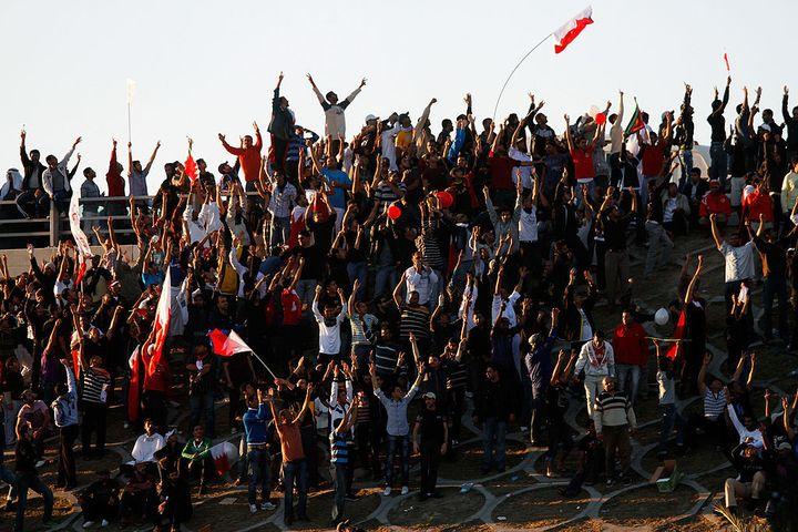 Des manifestants anti-gouvernement place de la Perle à Manama, au Bahreïn, le 19 février 2011. (JOHN MOORE / GETTY IMAGES EUROPE)
