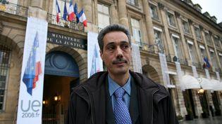 Omar Raddad devant le ministère de Justice, à Paris, le 1er décembre 2008. (MAXPPP)