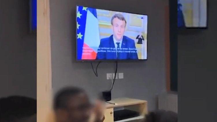 Des internes d'un lycée français regardent lediscours d'Emmanuel Macron relatif à l'épidémie de coronavirus/Covid-19 (12/03/2020). (FRANCEINFO)