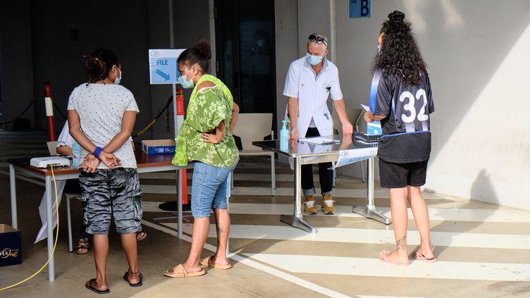 Des personnes s'inscrivent dans un centre de dépistage du Covid-19, le 16 mars 2021 à Dumbéa, en Nouvelle-Calédonie. (THEO ROUBY / AFP)