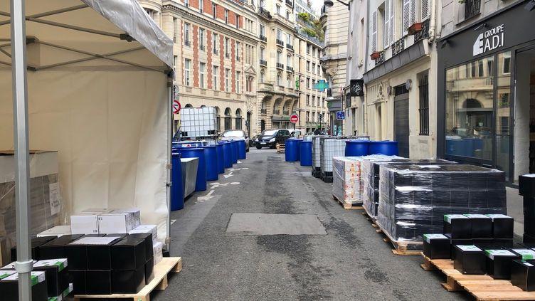 La pharmacie Depech, dans le 6e arrondissement de Paris, a entreposé son matériel pour fabriquer du gel hydroalcoolique dans la rue, le 31 mars 2020. (MATTHIEU MONDOLONI / RADIO FRANCE)
