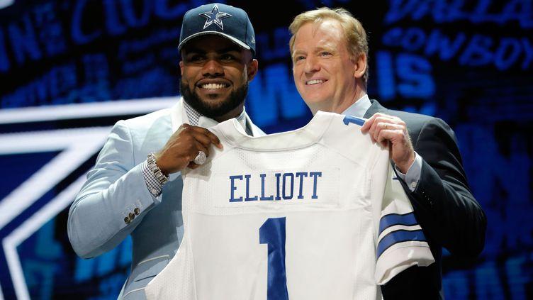 Ezekiell Elliott avec Roger Goodell, commissaire de la NFL, au moment de sa sélection par les Dallas Cowboys pendant la draft 2016.  (JON DURR / GETTY IMAGES NORTH AMERICA)