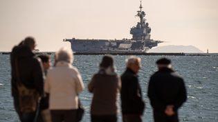 Le porte avions Charles de Gaulle quitte l'arsenal de Toulon le 5 mars 2019. (CHRISTOPHE SIMON / AFP)