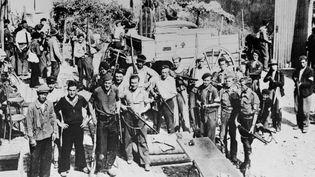 Un groupe de maquisards pose dans la cour d'une ferme en France, en un lieu indéterminé, durant l'été 1944.  (AFP)
