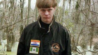 (Sur son profil Facebook, Dylan Roof s'affiche avec des drapeaux symboles des groupuscules qui promeuvent la supériorité de la race blanche (photo de profil))