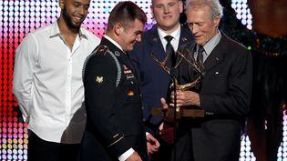 Anthony Sadler, Alek Skarlatos et Spencer Stone reçoivent le Hero Award des mains de Clint Eastwood, à Culver City (Californie), le 4 juin 2016. (KEVIN WINTER / GETTY IMAGES NORTH AMERICA)