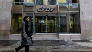 Une femme marche devant le siège de la CFDT à Paris le 6 décembre 2018. (- / AFP)